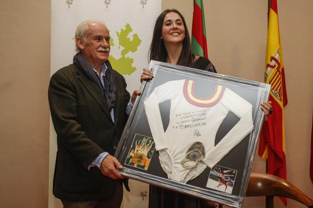 Tomás Bustamante, del grupo Quercus, entrega un obsequio a María Pardo./Luis Palomeque