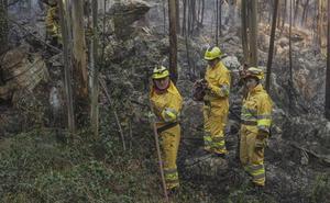 La fuerte humareda que desprenden los incendios cubre el cielo de Santander
