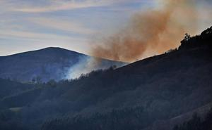 Veintitrés incendios permanecen activos en Cantabria