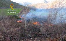 La Guardia Civil investiga a dos hombres por prender fuego al monte en Saja y en San Roque de Ríomiera