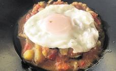 Pisto con migas y huevo frito