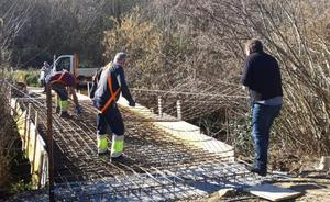 El puente de Feve de Roiz vuelve a ser transitable después de ocho meses