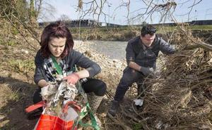 Nueva jornada para la limpieza en común de los márgenes del río en el parque de La Viesca