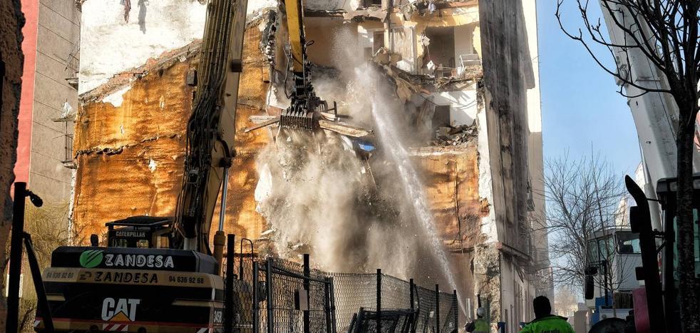 Comienza el derribo de los números 89 y 91 de la calle Alta que se incendiaron este mes