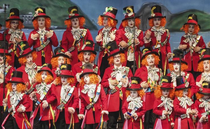 Las murgas infantiles de Santoña presentaron sus trajes y canciones