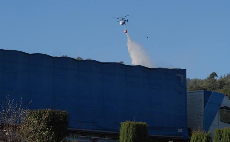 Medios aéreos atacan el incendio de Castro Urdiales