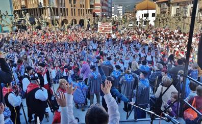 Los Corrales concentra a un millar de alumnos cantando las marzas