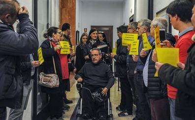 Los trabajadores del TUS protestan en el Ayuntamiento por los retrasos en su convenio