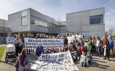 Decenas de personas protestan por la falta de pediatra en el centro de salud de Bezana