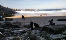 Decenas de voluntarios limpian la playa de Los Caballos en Miengo