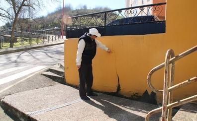 Vecinos de Solares achacan las filtraciones de su edificio a un manantial de El Ferial