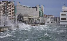 El fuerte viento sur, que regresa hoy para quedarse hasta el miércoles, complicará las labores de extinción