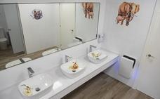 Cabárceno estrena baños con sus animales como protagonistas