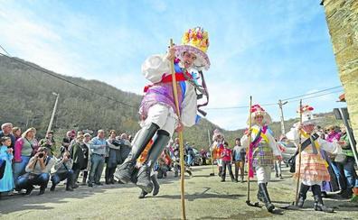 Los zamarrones conquistan Polaciones con sus trajes y el humor de sus coplas