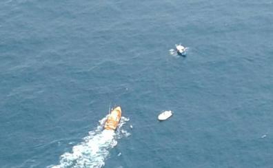 Rescatados los tres tripulantes de una embarcación a la deriva en San Vicente de la Barquera