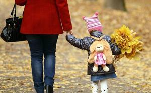 Las españolas siguen entre las que más tarde y menos hijos tienen en la UE