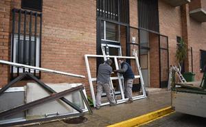 Los Corrales renueva galerías, puertas y ventanas del pabellón del Estadio Municipal