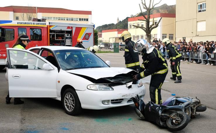 Simulacro de accidente de tráfico en el instituto Augusto González de Linares