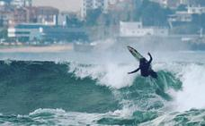 Dieciséis surfistas de élite cabalgarán este viernes sobre la ola de Santa Marina