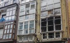 Los Bomberos de Santander sofocan un incendio en el número 12 de la calle Alta, un edificio abandonado