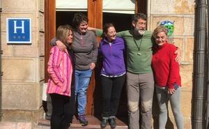 «Fue un susto, pero pasamos las horas bajo el nevero con cachondeo», dicen los senderistas de Vigo rescatados