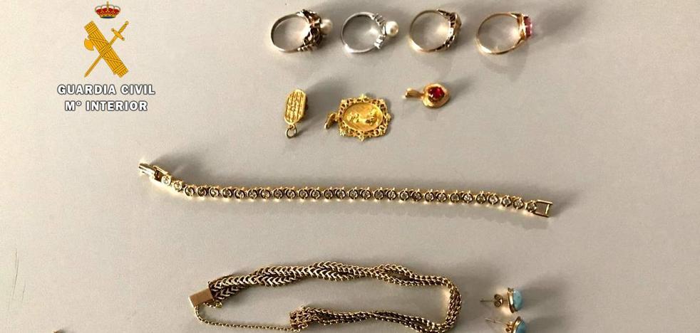 Esclarecidos varios robos de joyas cometidos por un obrero y una cuidadora que trabajaban en las casas