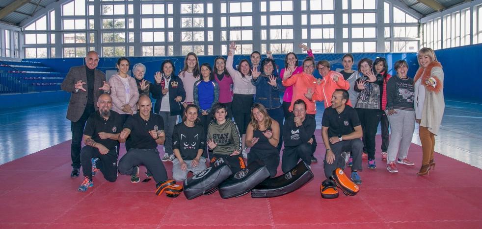 Una veintena de mujeres participa en Polanco en el curso de autoprotección