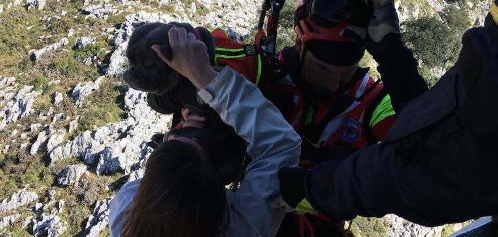 Restacados en helicóptero dos mujeres y un perro atrapados en un risco en el monte Candina