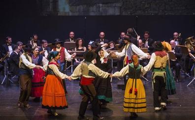 Homenajes, estrenos y premios en la noche del folclore cántabro