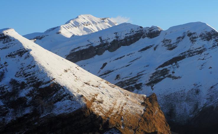 La nieve sigue en el puerto de Lunada