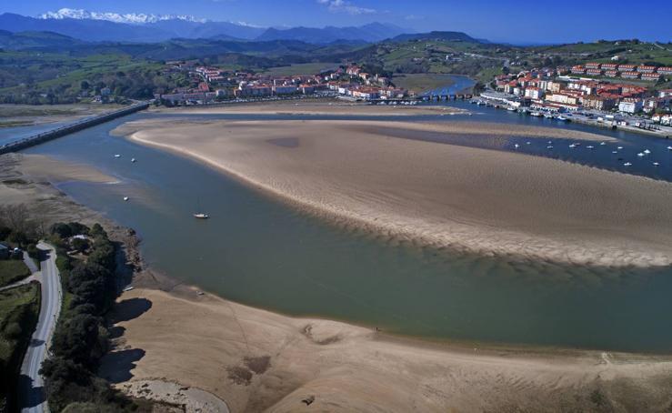 La marea baja desnuda la ría de San Vicente