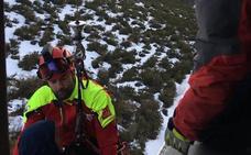 Rescatado en helicóptero un senderista con lesión de tobillo en un monte de Los Tojos