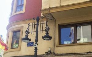 Apedrean y rompen los cristales de la sede de Vox en Santander