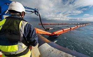 Ecologistas piden un plan de emergencia para el vertido del buque en el Cantábrico