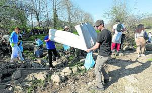 300 voluntarios limpian el Saja
