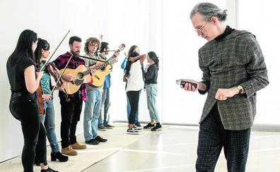 El artista Martin Creed abre el taller internacional que anticipa su exposición en el Centro Botín
