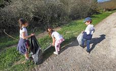Los voluntarios retiran plástico y limpian del río Saja