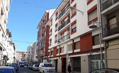 Herida grave una mujer tras caer desde un tercer piso en Castro Urdiales cuando limpiaba las ventanas