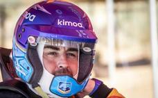 Alonso cambia, por un día de momento, el asfalto por la arena del Dakar