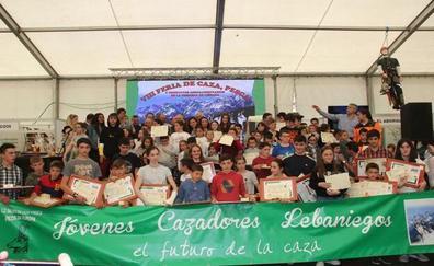 La feria de la caza de Liébana homenajeó a cazadores veteranos y a los más jóvenes de cada cuadrilla
