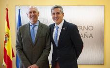 Echevarría ofrece su «absoluta colaboración» con las instituciones en su estreno como delegado del Gobierno
