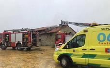 Un incendio destruye en el tejado de una casa en Molledo