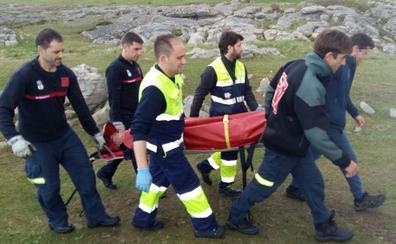Evacuado un pescador de los acantilados de Ajo