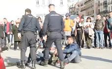 Expendientan a un agente por abuso policial en la Puerta del Sol