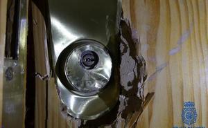 Una mujer se encierra en el baño y llama a la Policía para avisar de que le estaban entrando en casa