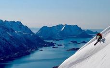La aventura de esquiar y navegar viendo auroras boreales