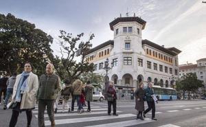 Zuloaga asume el compromiso de convertir el edificio de Correos en un parador