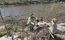 Los voluntarios limpian los restos que dejaron las ríadas en Cabezón