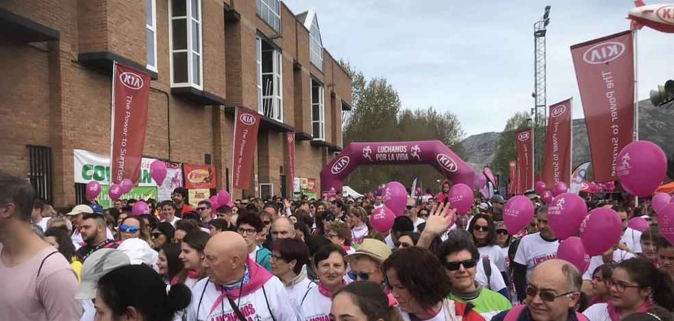 La solidaridad toma las calles de Los Corrales de Buelna en la marcha 'Luchamos por la Vida'