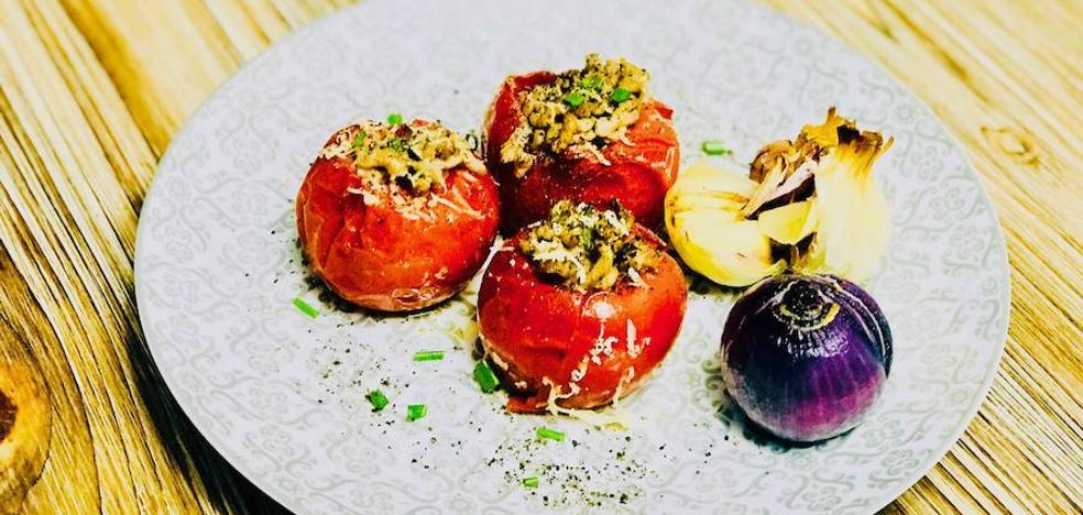 Cocina en casa unos sabrosos tomatitos rellenos